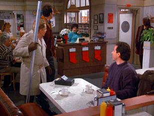 """Screenshot fra TV serien """"Seinfeld"""". Frank Constanza med aluminiumstangen som brukes som dekor under høytiden."""